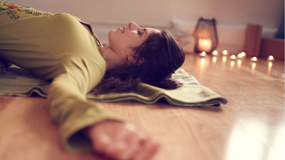 Tư thế xác chết giúp bạn được thư giãn, thả lỏng hoàn toàn để chìm sâu vào trong giấc ngủ
