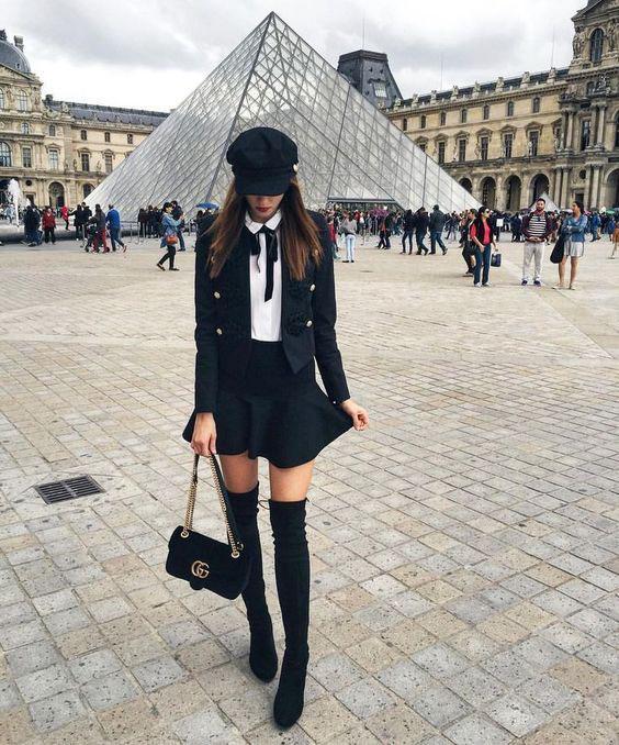 Áo vest cách điệu phối cùng chân váy xòe ngắn, mũ và boot cao trẻ trung và sành điệu