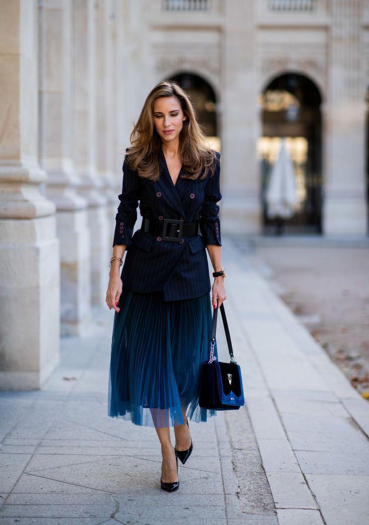 Áo vest kết hợp với chân váy xòe kèm theo các phụ kiện có thể nâng bạn lên một đẳng cấp khác