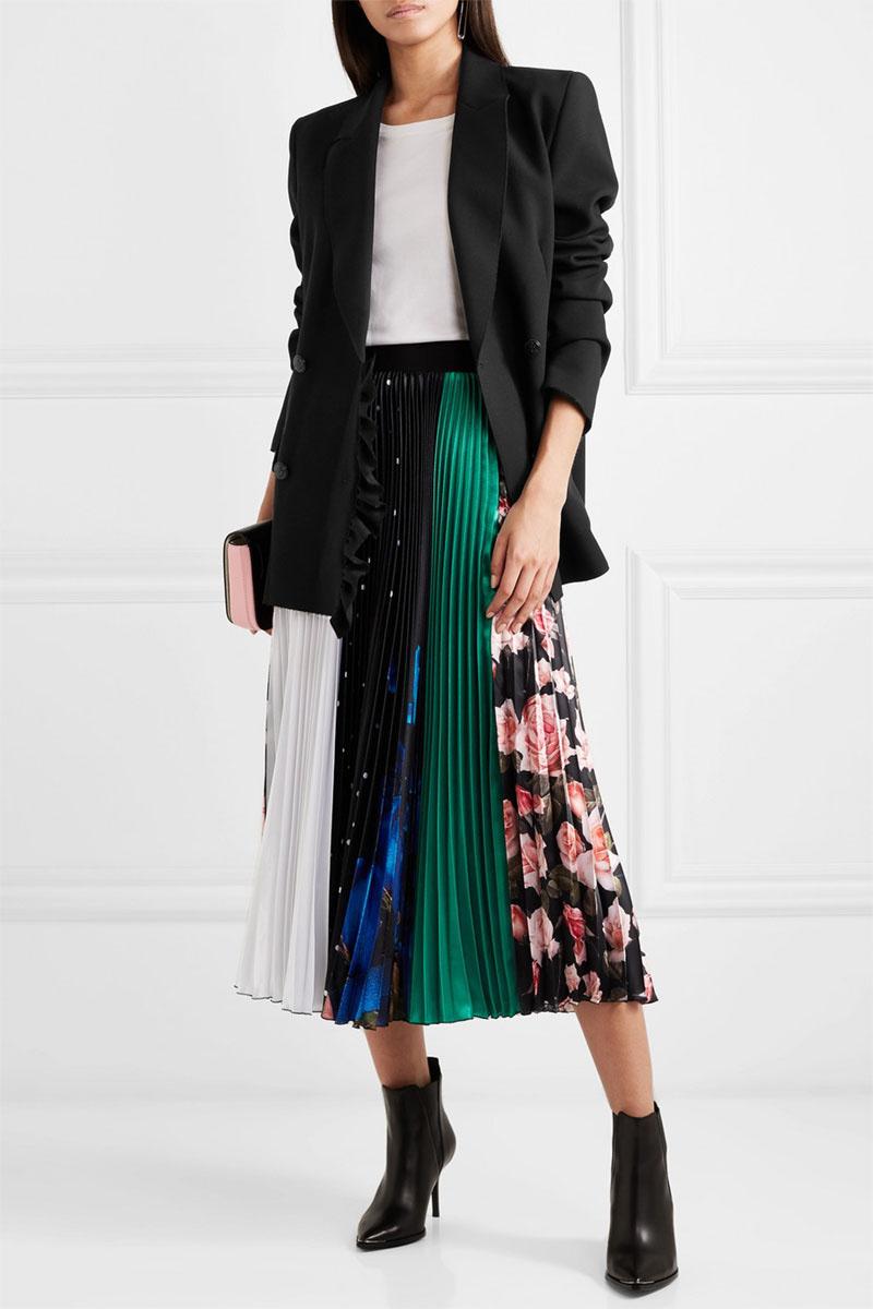 Áo vest sang chảnh kết hợp với chân váy xòe họa tiết độc lạ giúp bạn nổi bật trong các sự kiện