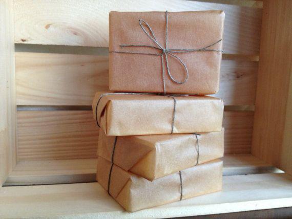 Bọc kín xà phòng chưa sử dụng trong giấy kraft nâu (giấy da bò) giúp bảo quản xà phòng lâu hơn