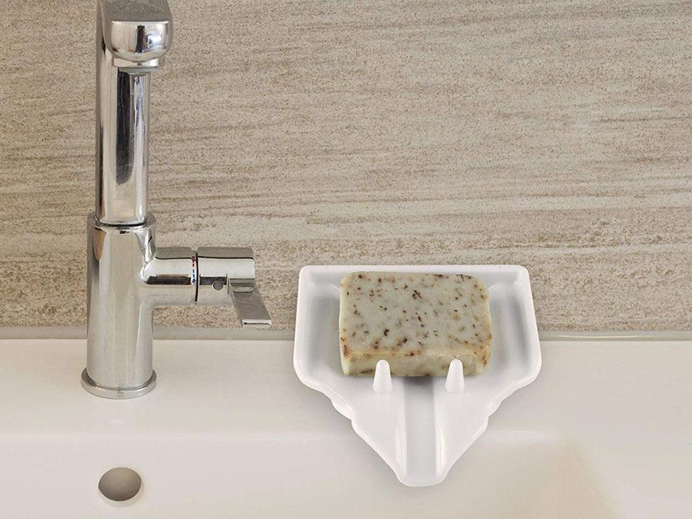 Xà phòng đựng trên khay hoặc đĩa gần vòi nước rất dễ mủn và dính chặt trên khay